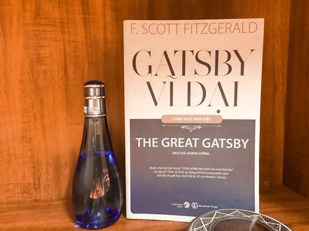 """Là lời cảnh tỉnh để đời của Scott Fitzgerald về cái gọi là """"Giấc mơ Mỹ"""", Đại gia Gatsby được ví như một tượng đài văn học, một cánh cửa cần mở ra cho những ai quan tâm tới văn học và lịch sử tinh thần nước Mỹ thời hiện đại."""