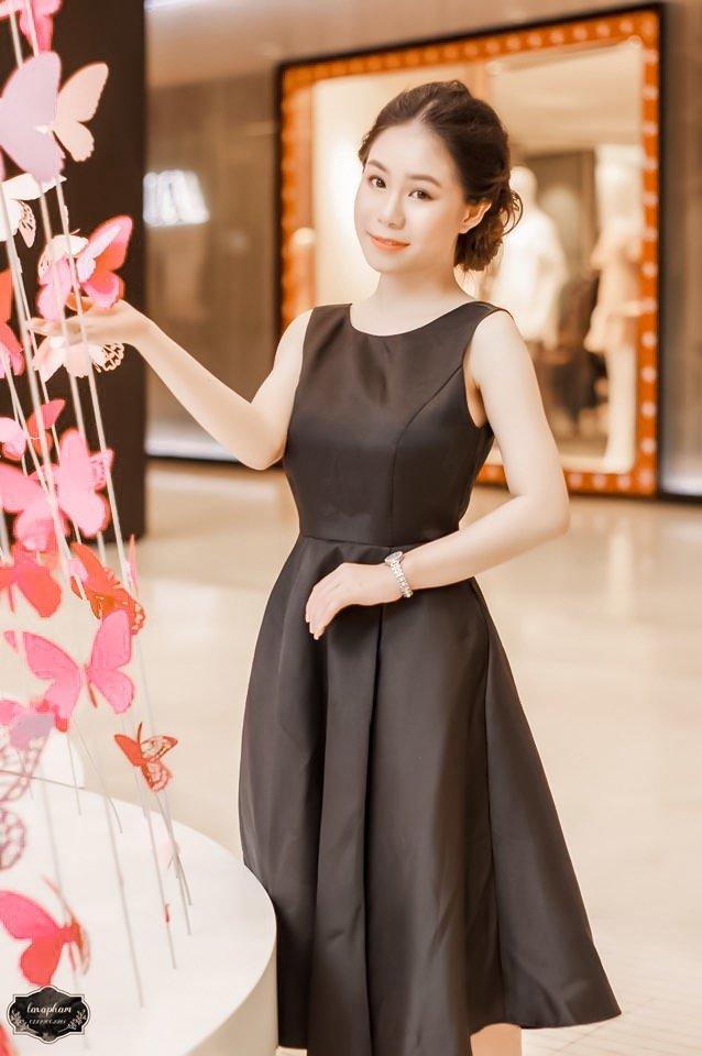 Bạn sẽ thắc mắc liệu chất liệu phi bóng có phù hợp cho những ngày hè nóng nực như đổ lửa ở Sài Gòn không? Câu trả lời là hoàn toàn có thể, nhớ lưu ý về màu sắc để có sự chọn lựa tinh tế nha! Dress: MARC FASHION